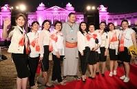 世界女性サミット2017東京大会のウエルカムディナーに参加し、力士と記念写真を撮る女性たち=東京都港区の迎賓館で2017年5月11日午後8時30分、後藤由耶撮影