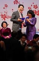 世界女性サミットで笑顔を見せる安倍晋三首相=東京都港区で2017年5月11日午後6時52分、佐々木順一撮影