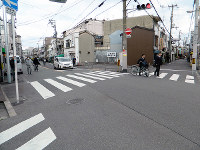 手前の広い道が猫間川跡、右手の道が俊徳街道=大阪市生野区勝山南1で、松井宏員撮影