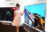 パナソニックが発売する有機ELテレビの主力モデル=大阪市内で2017年5月10日、久野洋撮影