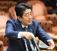 Prime Minister Shinzo Abe speaks during a House of Councillors Budget Committee meeting on May 9, 2017. (Mainichi)