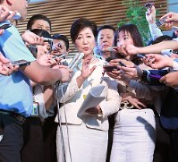 Tokyo Gov. Yuriko Koike answers reporters' questions following talks with Prime Minister Shinzo Abe, at the prime minister's office in Tokyo on May 11, 2017. (Mainichi)