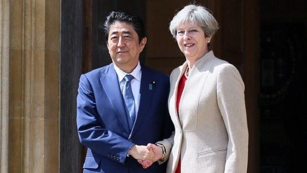 安倍晋三首相と握手するメイ英首相(右)=2017年4月28日(首相官邸ホームページより)