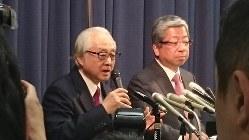 日本郵政の長門正貢社長(左)と日本郵便の横山邦男社長=2017年4月25日、今沢真撮影