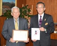 佐藤信市長(右)から感謝状を贈られた落合輝久さん=鹿沼市役所で