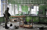 激しい戦闘で破壊された最前線のシロキノ村の学校。ここは給食室だった。村の住民は避難し、今は無人だ。ウクライナ政府軍が掌握しているが、1~2キロ先には親露派武装勢力が陣取る=ウクライナ東部ドネツク州で