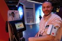 血圧や血糖値などの測定機器が付属し、テレビ電話で医師の診察も受けられる「イキュアテル」の遠隔治療システム