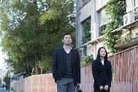 試作版のワンシーン。蒲先生を演じる俳優の山中アラタさん(左)と加藤先生役の南羽真里さん=永野逸郎氏撮影