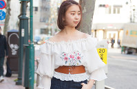どこか懐かしい雰囲気の刺しゅうブラウス=日本ファッション協会提供