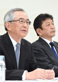 Former Hitachi Ltd. chairman Takashi Kawamura, left, who will take the post of the next chairman of Tokyo Electric Power Company Holdings Inc., and Tomoaki Kobayakawa, who has been tapped to be the next TEPCO Holdings president, are pictured here in Tokyo's Chiyoda Ward on April 3, 2017. (Mainichi)