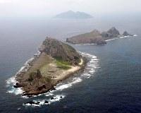 尖閣諸島の(手前から)南小島、北小島、魚釣島=2010年11月、西村剛撮影