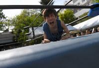 試合前、雄たけびを上げるハンマーシャーク芹田選手=大阪市生野区で、久保玲撮影