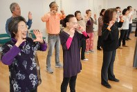 基礎練習に励む劇団員=千葉市中央区の官民複合施設「きぼーる」で