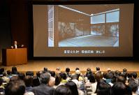 海北友松の作風の変化や特徴について講演する東京国立博物館の田沢裕賀・学芸研究部長(左)=京都市東山区の京都国立博物館で、礒野健一撮影