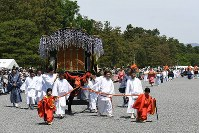 The Aoi Matsuri festival procession departs from Kyoto Imperial Palace in Kyoto's Kamigyo Ward, on May 15, 2017. (Mainichi)