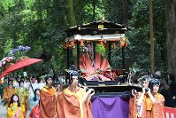 The Aoi Matsuri festival procession moves through the grounds of Shimogamo Shrine, surrounded by greenery, in Kyoto's Sakyo Ward on May 15, 2017. (Mainichi)