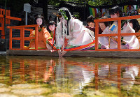 Sayo Tomita, the saio-dai (or heroine) of this year's Aoi Matsuri festival in Kyoto, cleanses her hands as part of a ritual to purify her body and soul, at the Shimogamo Shrine in Kyoto's Sakyo Ward, on May 4, 2017. (Mainichi)