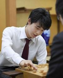 連勝記録を「16」に更新し、対局を振り返る藤井聡太四段=大阪市の関西将棋会館で2017年5月4日午後
