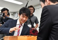 西川和宏六段(手前)を破り、感想戦で笑顔を見せる藤井聡太四段=関西将棋会館で2017年5月12日午後3時47分、小関勉撮影