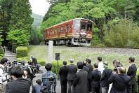 事故の慰霊碑の前を通る信楽高原鉄道の列車=滋賀県甲賀市で2017年5月14日、小関勉撮影