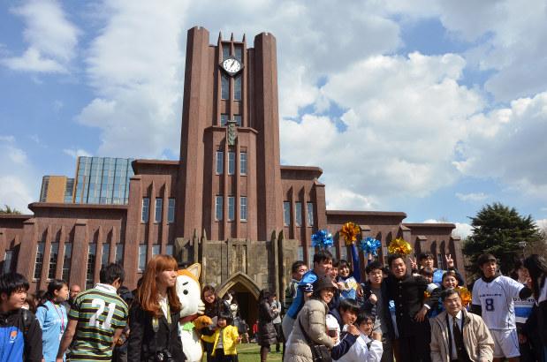 東京大学の合格発表(安田講堂前、3月10日)=中村琢磨撮影