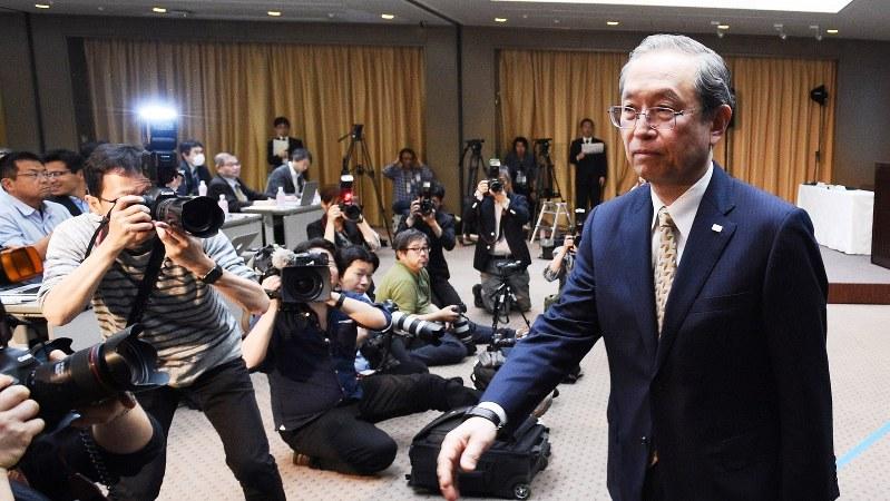 記者会見を終えて退室する東芝の綱川智社長=2017年5月15日、丸山博撮影
