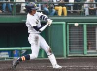 【中越-日本文理】五回裏日本文理1死満塁、牧田が左中間適時二塁打を放ち2点追加=長岡市の悠久山野球場で