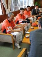 桜井市長と歓談する(左から)加藤監督、前川哲、恒の両選手、池田拓史・新潟アルビレックスBC社長=柏崎市役所で