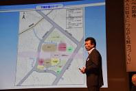 リニア中央新幹線県内駅周辺の計画を説明する佐藤健副市長=飯田市吾妻町の市公民館で