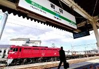 「工臨」出発前のED75=仙台市宮城野区のJR東北線岩切駅で