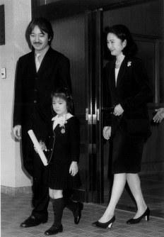 Prince Akishino, Princess Kiko and their daughter Princess Mako leave Gakushuin Kindergarten after a graduation ceremony on March 15, 1998. (Pool photo)