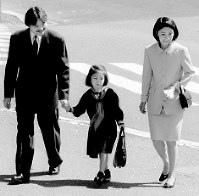 Prince Akishino, Princess Kiko and their daughter Princess Mako head to Gakushuin Primary School for her entrance ceremony on April 10, 1998. (Mainichi)