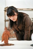 Princess Mako studies a sculpture carved by Takamura Koun at the Museum of the Imperial Collections. (Photo courtesy of the Imperial Household Agency)