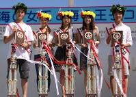 2010年の「湘南江の島海の女王と王子」に選ばれた小室圭さん(右端)=藤沢市観光協会提供