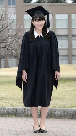 卒業式のため国際基督教大に到着した秋篠宮家の長女眞子さま=東京都三鷹市で2014年3月26日午前7時42分、(代表撮影)