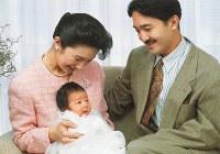 誕生して2カ月の眞子さまを抱くご夫妻=1991年12月20日、宮内庁提供
