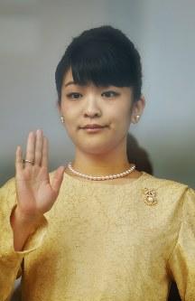 新年の一般参賀で集まった人たちに、手を振って応えられる眞子さま=皇居で2017年1月2日、北山夏帆撮影