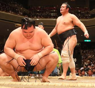 大相撲:千代の国、鶴竜破った初...