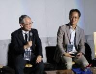 はやぶさ2について対談する川口淳一郎・はやぶさプロジェクトマネジャー(左)と、津田雄一・はやぶさ2プロジェクトマネジャー=東京都足立区で15日、永山悦子撮影