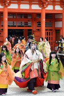 Sayo Tomita, center, who is this year's saio-dai (heroine), arrives at Shimogamo Shrine in Kyoto's Sakyo Ward, on May 15, 2017. (Mainichi)
