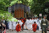 The festival procession advances through the grounds of Shimogamo Shrine, surrounded by greenery, in Kyoto's Sakyo Ward, on May 15, 2017. (Mainichi)