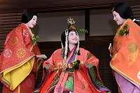 Prior to the procession, this year's saoi-dai (heroine), Sayo Tomita, center, talks cheerfully with her two sisters in Kyoto's Kamigyo Ward, on May, 15, 2017. (Mainichi)