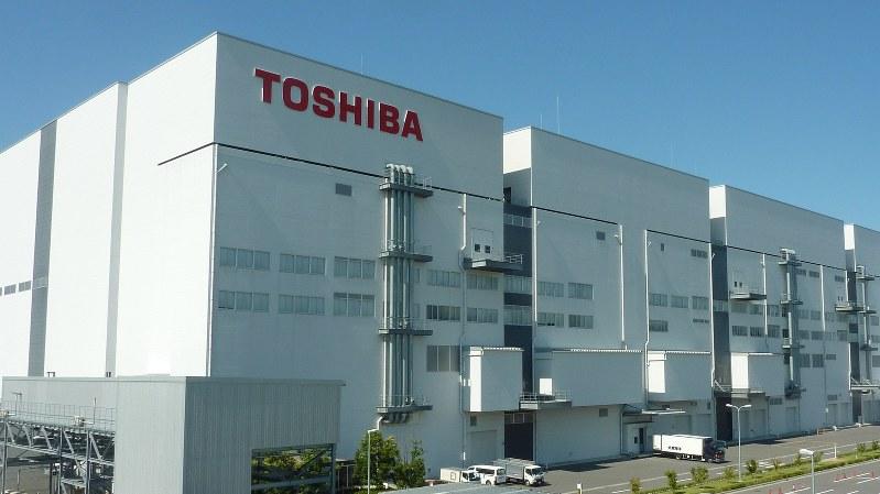 東芝とウエスタン・デジタルは四日市工場で半導体メモリを共同生産してきた=2014年9月、岡正勝撮影