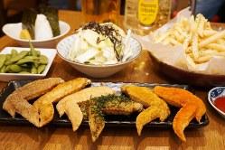 「社員・OLコース」(2500円、税別)は、6種の手羽先、フライドポテト、キャベツ、おにぎりが食べ放題で、本日の小鉢1品、2時間飲み放題が付く