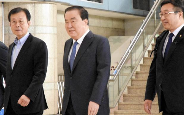 韓国:文大統領特使が来日 慰安婦合意「反対世論を伝達」 - 毎日新聞