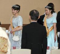 宮中晩餐会に臨まれる、秋篠宮家の長女・眞子さまと次女・佳子さま=皇居・宮殿「豊明殿」で2017年4月5日(代表撮影)