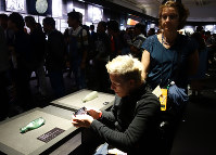 広島市の原爆資料館で展示品の「変形したガラス瓶」に見入るフェルフールトさん=エリザベト音楽大学学長の川野祐二さん提供