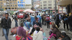 ラパスは街路も広場も坂ばかり。民族衣装で荷物を運ぶ女性も多い(写真は筆者撮影)