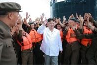 潜水艦発射弾道ミサイル(SLBM)の試射を成功させた関係者をたたえる金正恩朝鮮労働党委員長。北朝鮮は、国際社会の警告を尻目に着々と核・ミサイル技術を向上させている=2016年8月25日、朝鮮中央通信・朝鮮通信