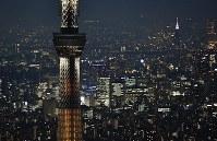 開業5周年を前に、ライトアップされた東京スカイツリー=東京都墨田区で2017年5月18日午後7時18分、本社ヘリから